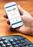 Smartphone med ett Google rengöringsduksökande på skärmen Royaltyfri Fotografi