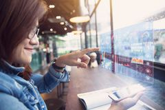 Smartphone med hologrammet för affärsdata arkivfoto
