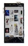 Smartphone med isolerad bruten skärm Royaltyfria Bilder