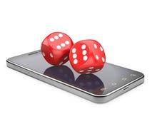 Smartphone med leken tärnar Online-lekbegrepp Arkivbild