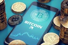 Smartphone med på-skärmen för Bitcoin tillväxtdiagram bland högar av Bitcoins Bitcoin framgångbegrepp Royaltyfria Foton