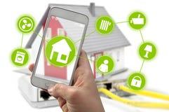 Smartphone med smarthomekontrollappen arkivbilder