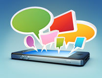 Smartphone med social massmediapratstund bubblar, eller anförande bubblar Royaltyfri Fotografi