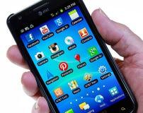 Smartphone med sociala nätverkssymboler (inget finger) Royaltyfri Foto