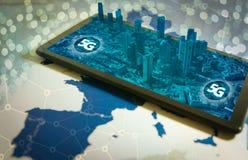 Smartphone med staden 3D på skärmen och ordet 5G fotografering för bildbyråer