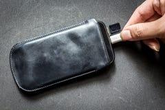 Smartphone med uppladdaren royaltyfria foton