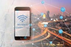 Smartphone med wifinätverket på skärmen och den Smart staden Royaltyfri Fotografi