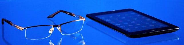 """Smartphone meddelare för affären, underhållning, exponeringsglas med diopters för nödvändig saker att läsa för †"""" Smartphone är fotografering för bildbyråer"""