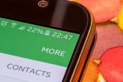 Smartphone met de last van de 22 percentenbatterij op het scherm Stock Fotografie