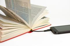 Smartphone met een boek wordt verbonden dat stock afbeelding