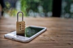 Smartphone met een gesloten slot op het Royalty-vrije Stock Foto