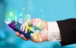 Smartphone met financiën en marktpictogrammen en symbolen Royalty-vrije Stock Foto's