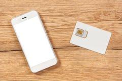 Smartphone met het lege scherm en mobiele telefoonsim kaart Stock Afbeeldingen