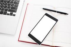 Smartphone met het lege scherm op bureaumateriaal Royalty-vrije Stock Afbeeldingen