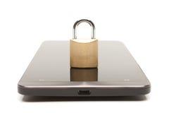 Smartphone met klein slot over het Mobiel telefoonveiligheid en gegevensbeschermingconcept royalty-vrije stock foto's