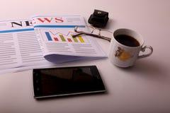Smartphone met koffie royalty-vrije stock foto