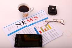Smartphone met koffie royalty-vrije stock fotografie