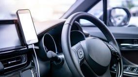 Smartphone met lege het scherm moderne auto stock foto's