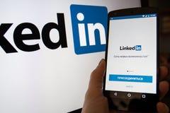 Smartphone met Linkedin Com-homepage royalty-vrije stock fotografie