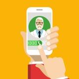 Smartphone met mannelijke arts op vraag en een online overleg Stock Afbeeldingen