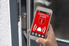 Smartphone met smarthomecontrole app royalty-vrije stock foto's