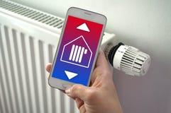 Smartphone met smarthomecontrole app stock afbeeldingen