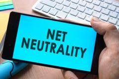 Smartphone met woorden netto neutraliteit stock afbeeldingen