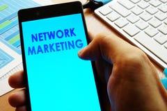 Smartphone met woordennetwerk marketing royalty-vrije stock fotografie