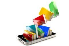 Smartphone mit Büchern Lizenzfreie Stockfotos