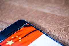 Smartphone mit einer 25-Prozent-Gebühr und China-Flagge Lizenzfreie Stockfotos