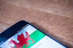 Smartphone mit einer 25-Prozent-Gebühr und Wales-Flagge Stockbilder