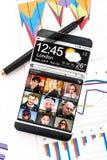 Smartphone mit einer transparenten Anzeige Stockbilder