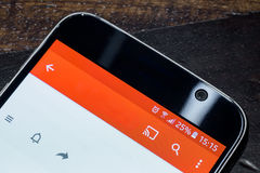 Smartphone mit fünfundzwanzig-Prozent-Körperverletzungsvorwurf auf dem Schirm Stockbild