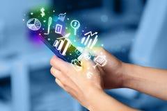 Smartphone mit Finanzierung und Marktikonen und -symbole Lizenzfreie Stockbilder