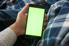 Smartphone mit grünem Schirm für Schlüsselfarbenreinheitsschirm stockfotos