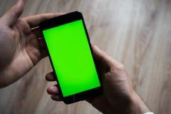 Smartphone mit grünem Schirm für Schlüsselfarbenreinheitsschirm stockbilder