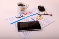 Smartphone mit Kaffee lizenzfreie stockfotografie