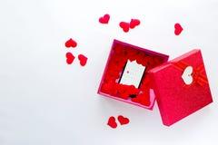 Smartphone mit Kalender am Valentinsgruß ` s Datum in der Geschenkbox Lizenzfreies Stockbild