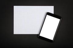Smartphone mit leerem Bildschirm auf schwarzer Tabelle Lizenzfreie Stockbilder