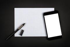 Smartphone mit leerem Bildschirm auf schwarzer Tabelle Lizenzfreie Stockfotografie