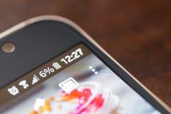 Smartphone mit sechs-Prozent-Körperverletzungsvorwurf auf dem Schirm Stockfotos