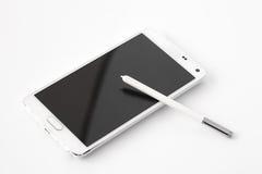 Smartphone mit Stift auf weißem Hintergrund Stockfotos