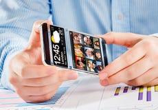 Smartphone mit transparentem Schirm in den menschlichen Händen stockbilder