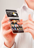 Smartphone mit transparentem Schirm in den menschlichen Händen Lizenzfreie Stockfotos