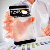 Smartphone mit transparentem Schirm in den menschlichen Händen Lizenzfreie Stockbilder