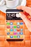 Smartphone mit transparentem Schirm in den menschlichen Händen Lizenzfreies Stockfoto
