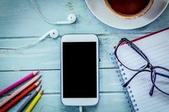 Smartphone, Mobiltelefon, Notizbuch, Bleistiftfarbe, Gläser und Kaffee Lizenzfreie Stockfotos