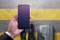 Smartphone-Modelbeeld Hoogste Mening van Zakenman Walking met Su royalty-vrije stock afbeelding