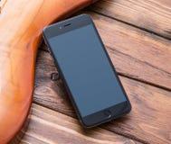 Smartphone-Modell über Weinlesebass-Gitarre Lizenzfreie Stockbilder