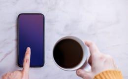 Smartphone modellbild Skärm som den snabba banan Trycka på för kvinna royaltyfria bilder